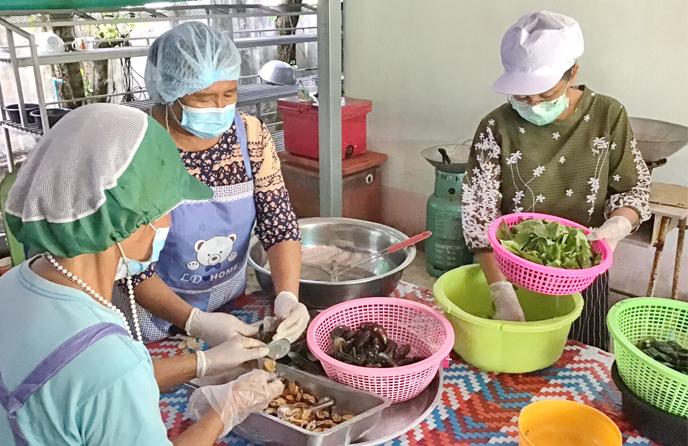 """วิทยาลัยชุมชนตราดลงพื้นที่จัดโครงการประชุมเชิงปฏิบัติการเพื่อพัฒนาสูตรน้ำพริกเผาหอยแมลงภู่ ของชุมชนบ้านคลองจาก (ครั้งที่ 1) ภายใต้ """"โครงการพัฒนาผลิตภัณฑ์แปรรูปเพื่อเพิ่มมูลค่าสินค้าเกษตร"""""""